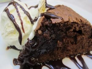 Un jugoso brownie acompañado de helado