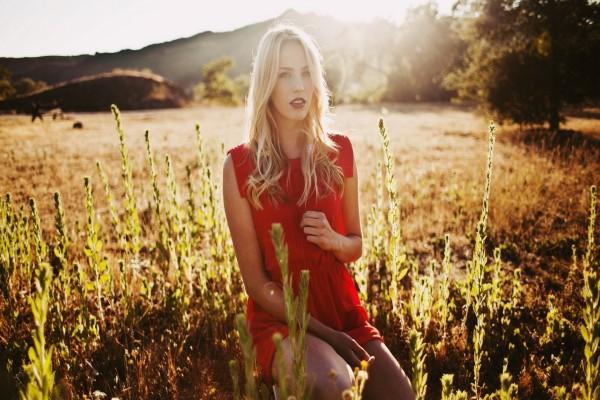 Mujer con vestido rojo en un campo