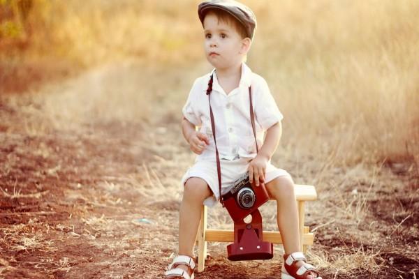 Niño con una cámara de fotos