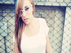 Una joven con gafas blancas