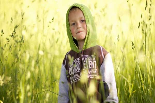 Un guapo niño entre plantas verdes
