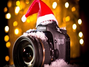 Una cámara de fotos Canon navideña