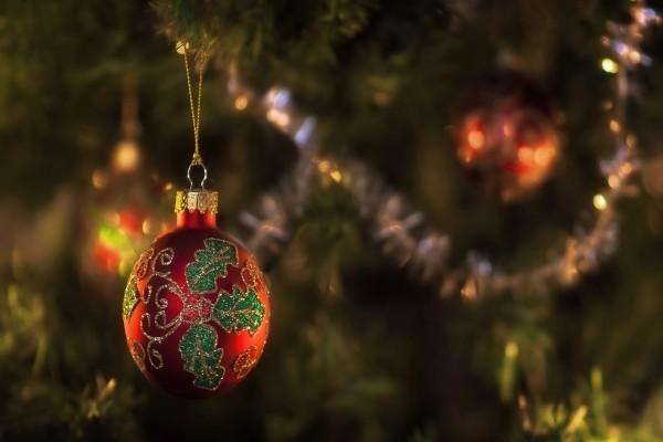 Una bonita bola brillante en el árbol de Navidad
