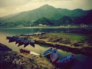 Varias barcas en el agua