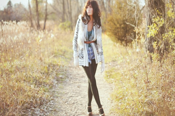 Una guapa modelo posando  en un campo