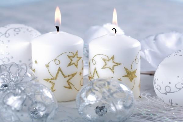 Velas y bolas navideñas