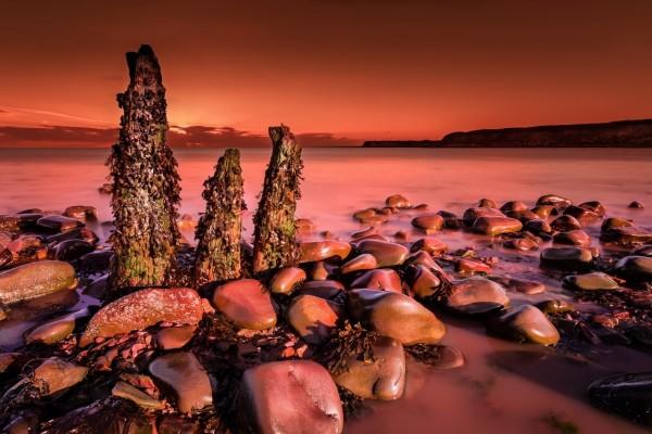 Atardecer en una costa rocosa