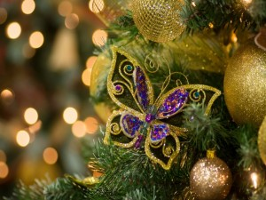Mariposa y bolas cuelgan del árbol de Navidad