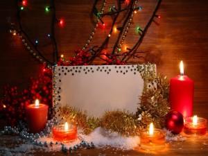 Tarjeta de Navidad entre adornos y velas