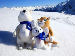 Muñecos de peluche en la nieve (Sochi 2014)