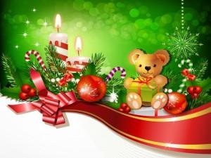 Osito entre adornos navideños