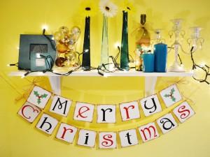 Postal: ¡Feliz Navidad! sobre una estantería de casa