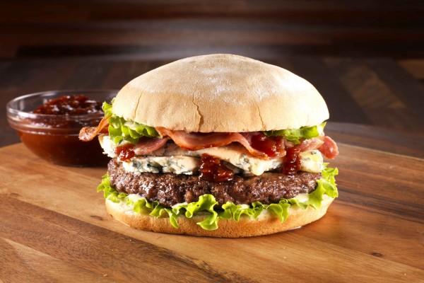 Hamburguesa con queso azul y salsa barbacoa
