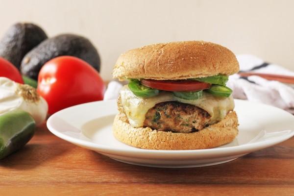 Hamburguesa con chile verde, queso y aguacate