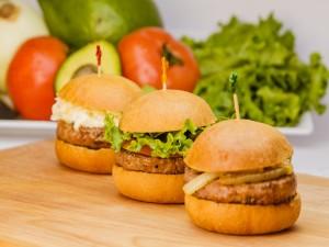 Postal: Tres hamburguesas con diferentes acompañamientos