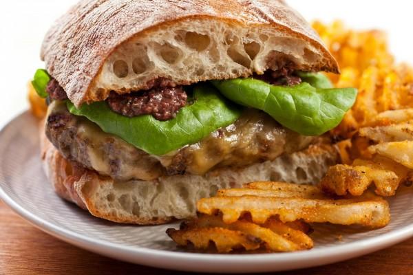 Bocadillo burger con ricas patatas fritas