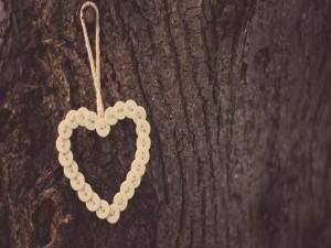 Postal: Corazón hecho con botones colgado de un árbol