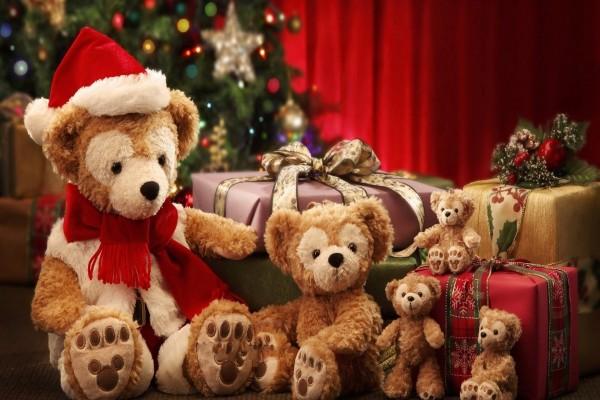 Osos de peluche junto al árbol de Navidad