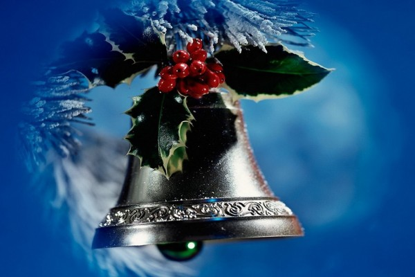 Campana en el árbol de Navidad cubierto de escarcha