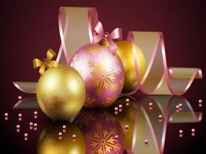 Bolas y cintas para los días festivos de Navidad