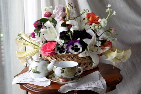 Tomaremos el té junto a una cesta repleta de flores