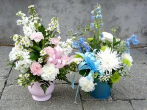 Postal: Recipientes con bellísimos ramos de flores