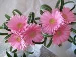Adorno floral con gerberas de color rosa