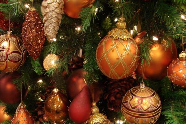 Bonitas bolas y luces en el árbol de Navidad