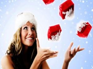 Postal: Mujer disfrutando de la mágica Navidad