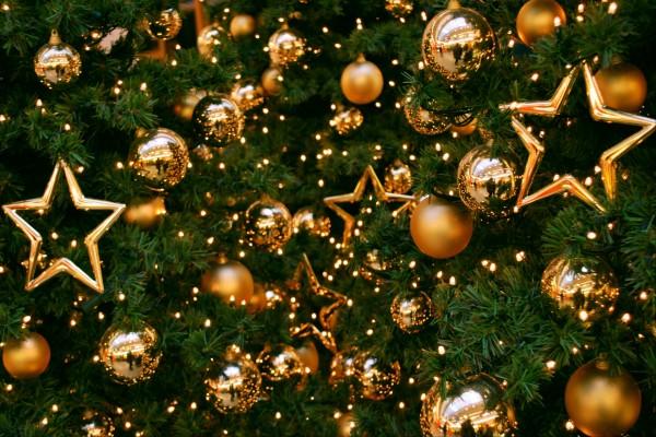 Estrellas y bolas doradas en el árbol de Navidad