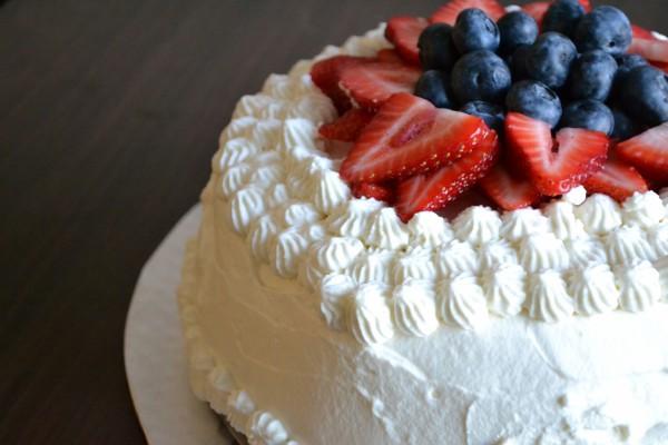 Tarta cubierta de nata y frutos rojos