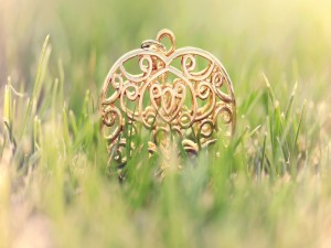 Postal: Un colgante dorado sobre la hierba