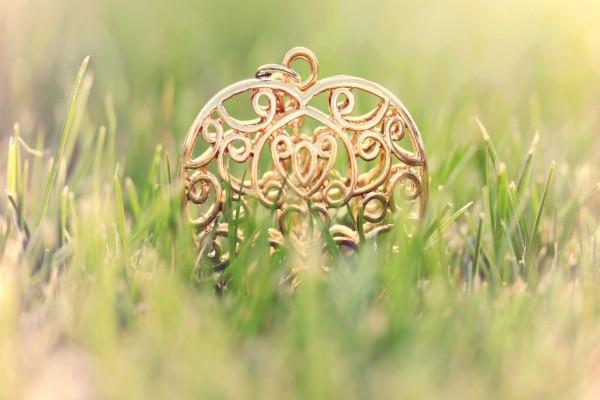 Un colgante dorado sobre la hierba