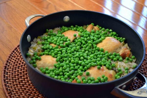 Pollo con arroz y guisantes