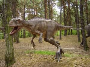 Postal: Dinosaurio en un bosque