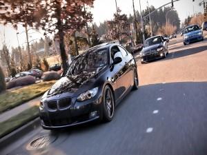 Tres BMW circulando por la misma carretera