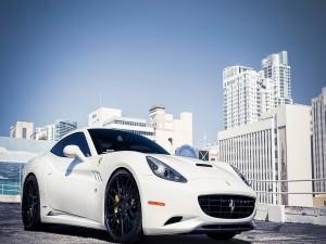 Postal: Un Ferrari blanco