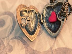Colgante de corazón con un pequeño corazón rojo en su interior