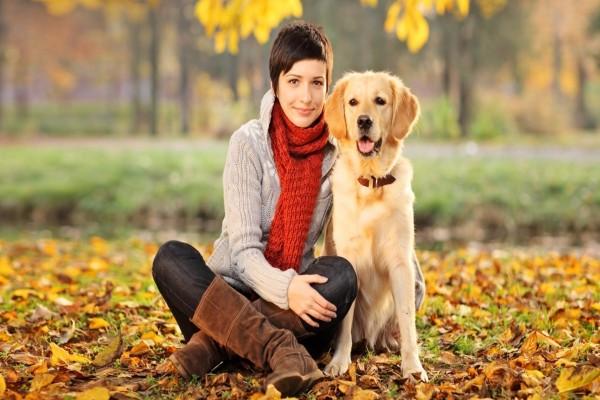 Una chica junto a un bonito perro