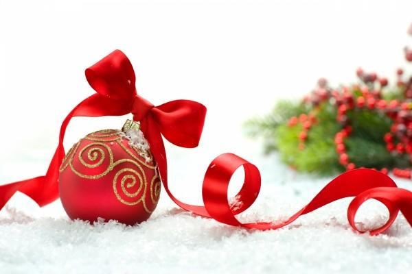 Bola y lazo de color rojo para decorar en Navidad