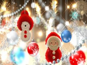 Un Santa Claus y un muñeco de nieve para decorar en Navidad