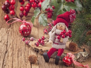Bonita muñeca y otros adornos para decorar en Navidad