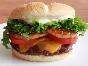 Una grande y rica hamburguesa