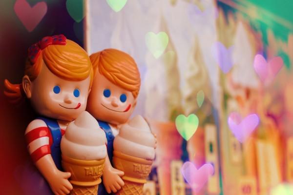 Muñecos comiendo helado