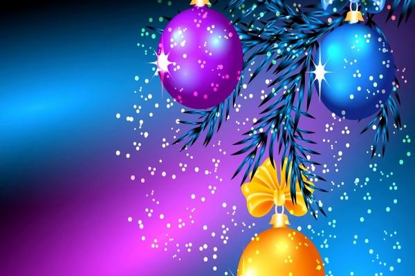 Bolas navideñas colgadas de una rama de pino