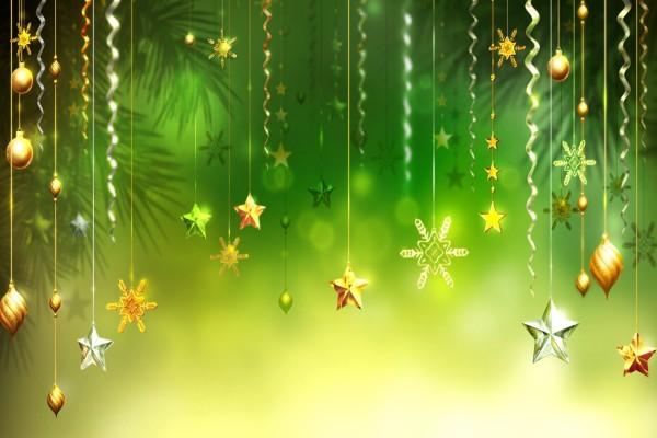 Adornos de Navidad en fondo verde