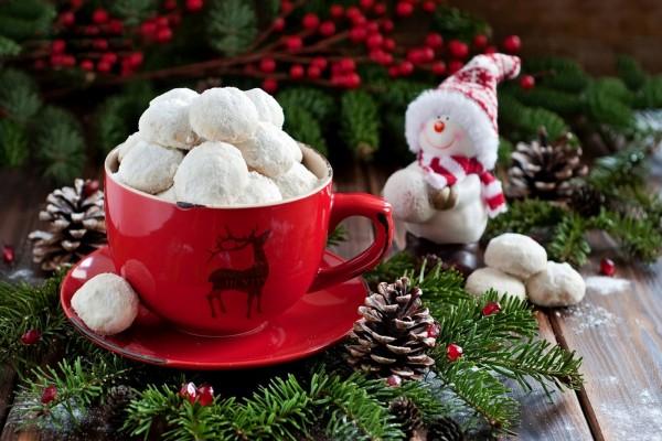 Galletas navideñas en una taza