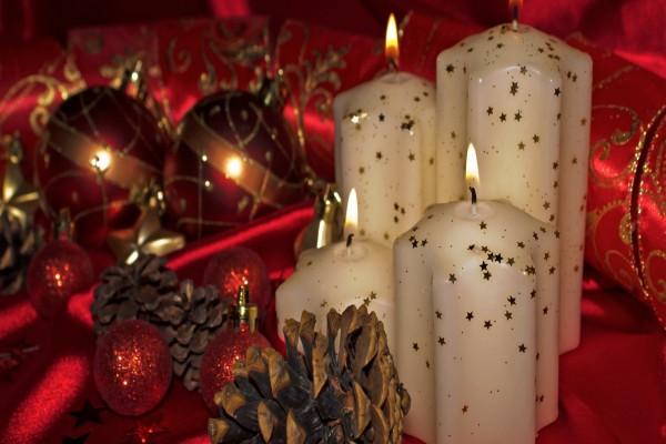 Adorno para Navidad con velas blancas