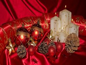 Hermoso arreglo navideño sobre una sábana roja