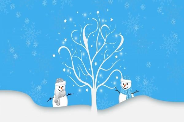 Muñecos de nieve bajo un árbol desnudo